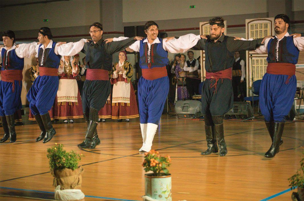 Αποτέλεσμα εικόνας για Το θερμό χειροκρότημα των δεκάδων θεατών απέσπασαν οι χορευτές των παραδοσιακών τμημάτων της Κοινωφελούς Επιχείρησης του Δήμου Αγρινίου